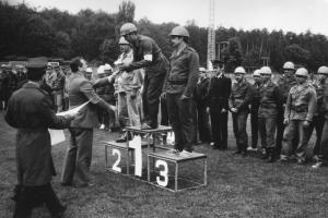 img1406 wręczenie pucharu za 1miejsce w konkursie Ćwiczenia bojowe, plut. poż. J.Kupiszowi