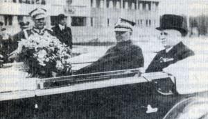 LOPP 22 1939 Rydz i Tramecourt w samochodzie Pilsudskiego przed szkola LOPP