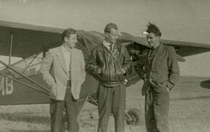 img009 Marian Magnowski (w środku) na tle samolotu Piper Cub