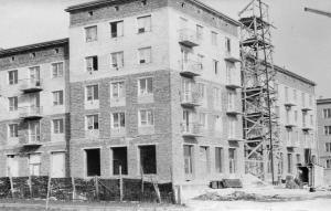 img1864 Wznoszenie budynku u zbiegu ulic Sławińskiego i 1maja. centrum obecnie PKO rok 1960, fot.Chwałczyk