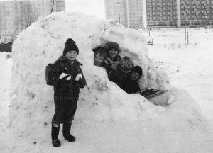img1865 zimowe szaleństwa w tle wieżowiec rotacyjny