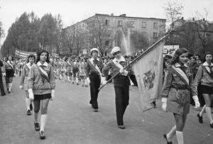 img2511 w pierwomajowym pochodzie wśród maszerującej młodzieży wyróżniają się harcerze, fot.Głowacz